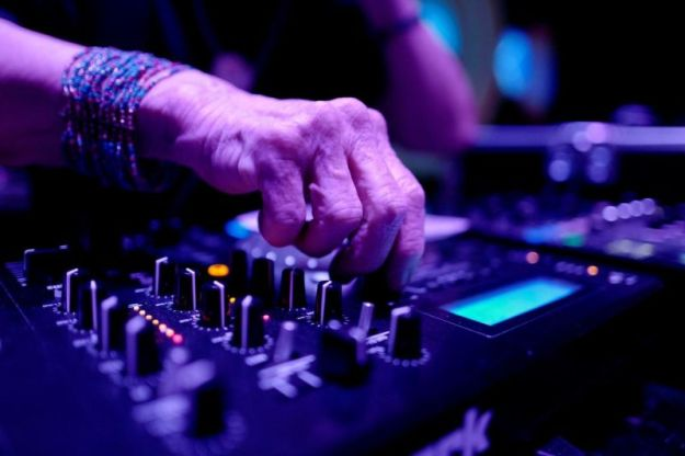 80-летняя бабуля-диджей зажигает на клубных вечеринках