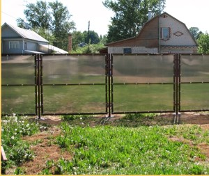 забор из поликарбоната.jpg