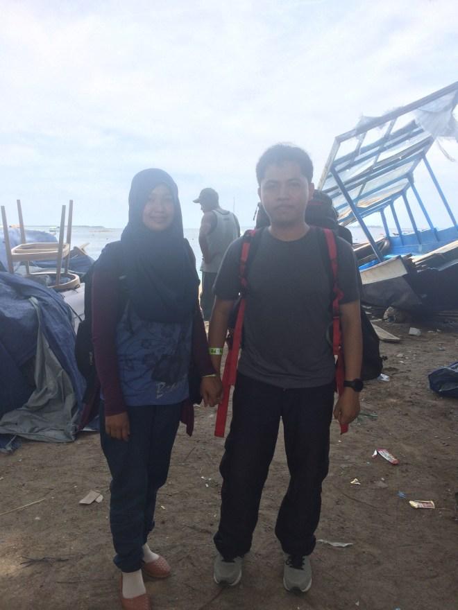 Saya dan istri di pelabuhan Teluk Nare