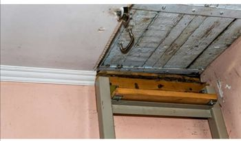 Szwecja. Podczas remontu z sufitu spadła skrzynka ze szkieletem dziecka