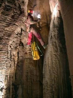 Σταλαγμίτες - σταλακτίκτες σε σπήλαιο στο Πάρκο Πίνδου