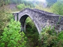 Πέτρινη γέφυρα στην Πουρνιά