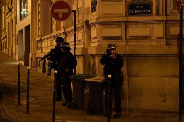 """الشرطة الفرنسية رجحت أن الواقعة """"عمل إرهابي""""، وأغلقت المنافذ المؤدية إلى شارع الشانزليزيه."""