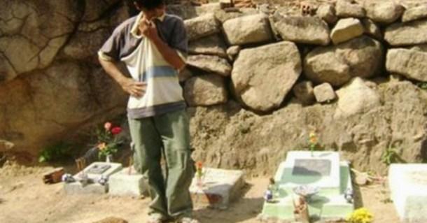 човек на гробище