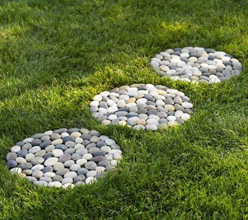 елементи в двора от камъчета