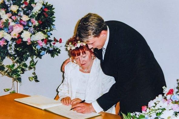 двойка подписва