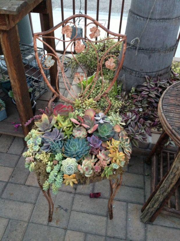 цветя в стария стол