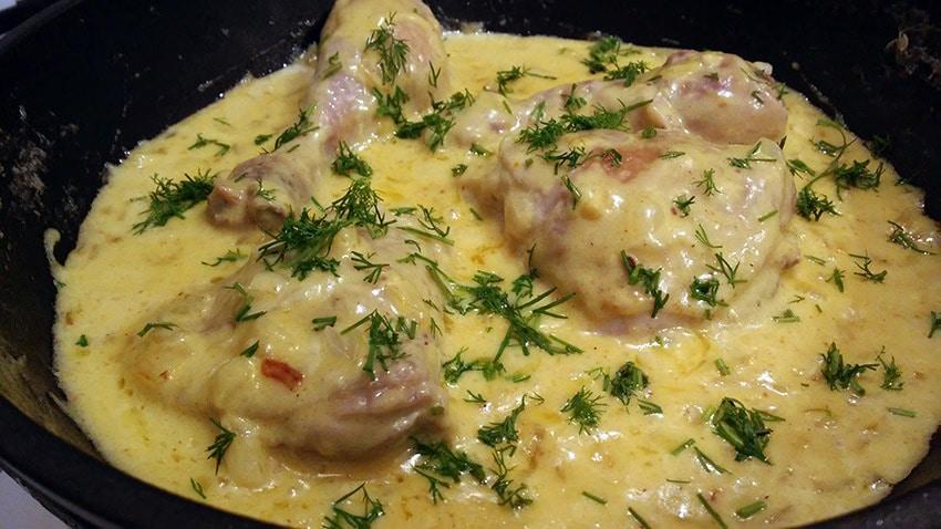 пиле в сметанов сос