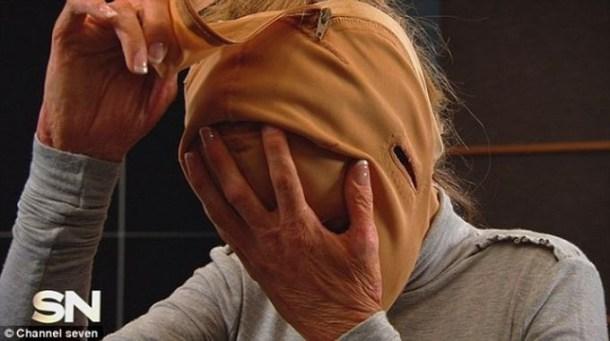 жена сваля маската си