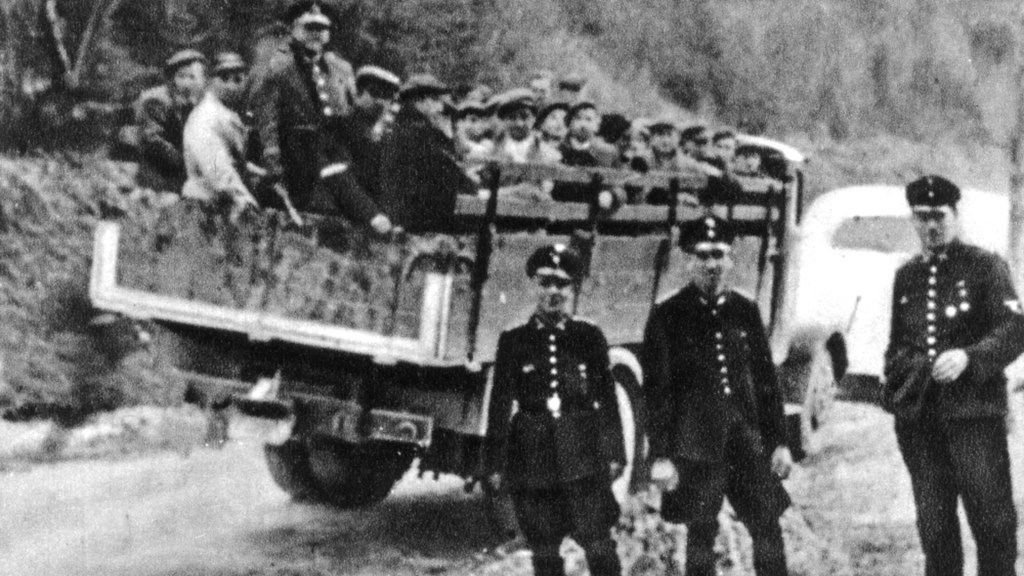 Forced labor workers, captured by german police (Poland 1941) - Wikimedia Commons