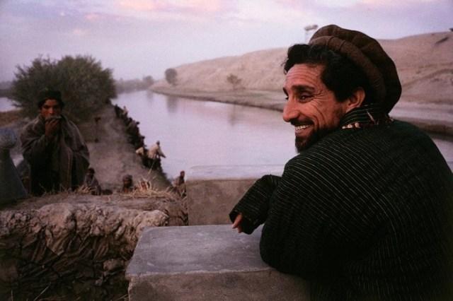 Massoud devant le canal