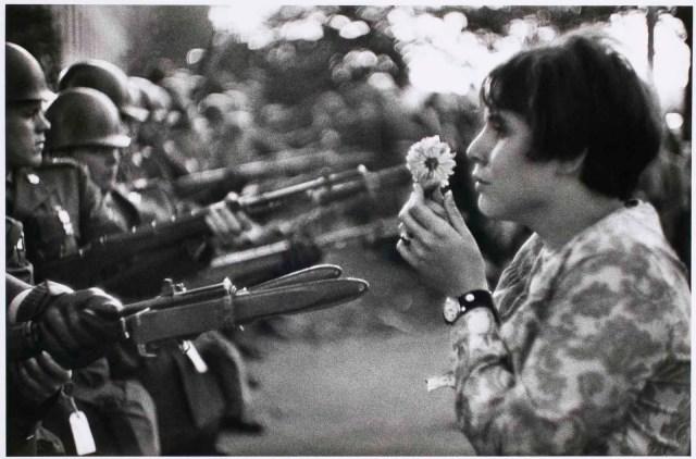 Jeune fille à la fleur de Mar Riboud
