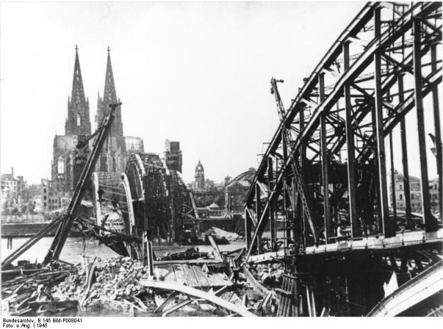 Köln Hohenzollernbrücke mit Blick auf den Dom, 1945