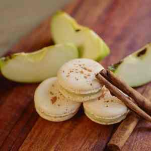 Makrónka jablko škorica. Ružová cukráreň Nitra