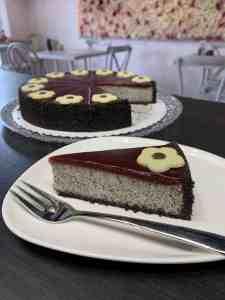 Cheesecake mak slivky bez múky. Ružová cukráreň Nitra
