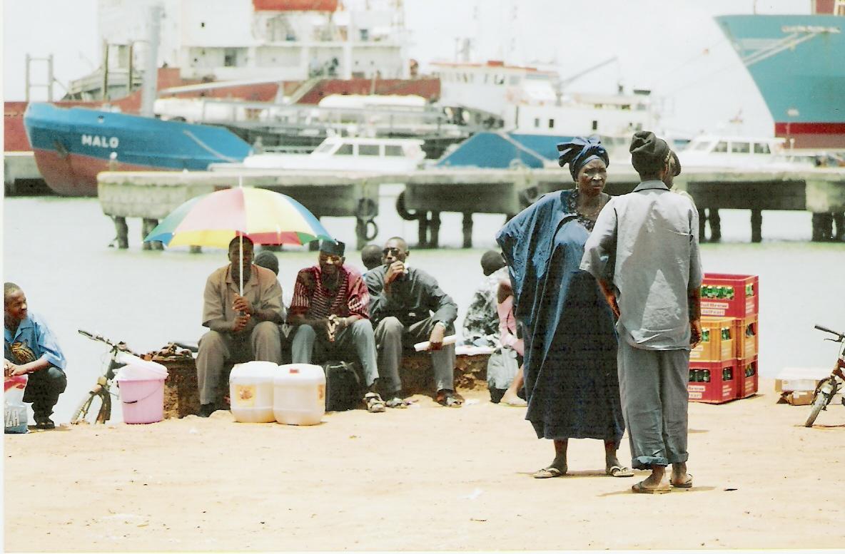 Περιμένοντας το φέρυ της γραμμής Banjul - Bakau