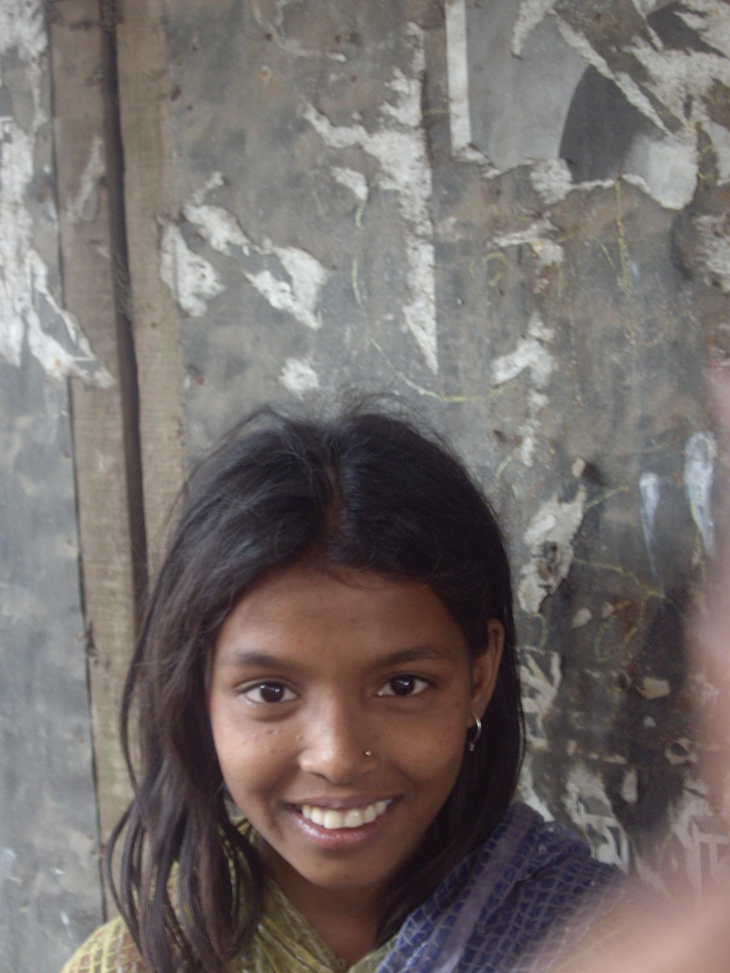 Η μικρή Βεγγαλέζα και δεξιά η παλάμη του γειτονόπουλου που... ζήλεψε!