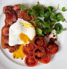 Fried bacon with poached egg and tomatoes – Recipe