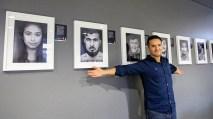 Arasch Zandieh vor seinen Porträts von den Geflüchteten