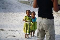 Kontaktaufnahme mit afrikanischen Kindern auf Zanzibar.