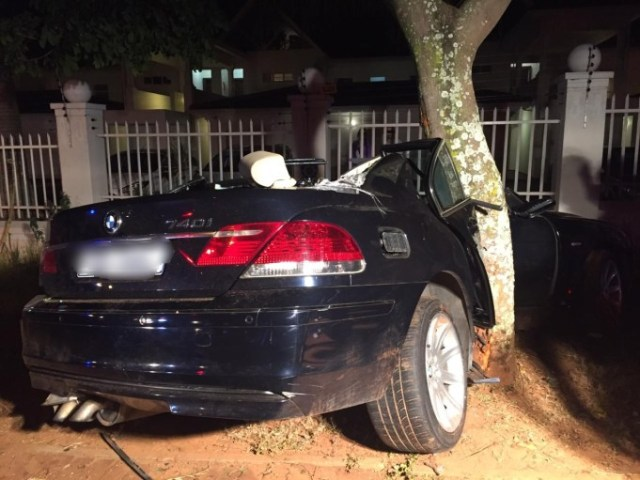 Two-seriously-injured-after-car-slams-into-tree