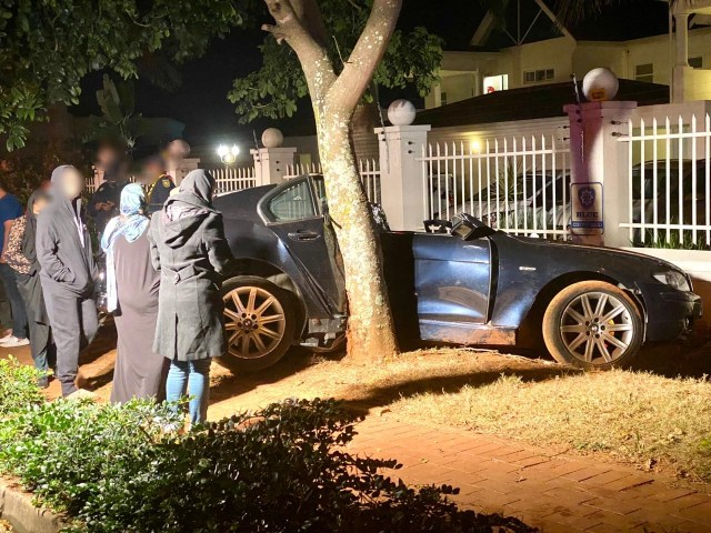 Two-seriously-injured-after-car-slams-into-tree5