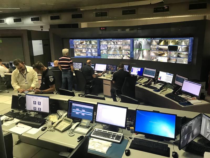 Central onde os seguranças do metrô atuam com câmeras