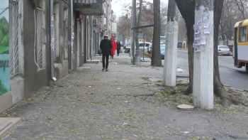 люди идут по тротуару