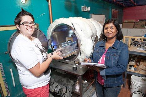 As investigadoras Rebecca Mickol e Navita Sinha preparam-se para colocar metanógenos na câmara Pegasus, localizada no Laboratório W. M. Keck