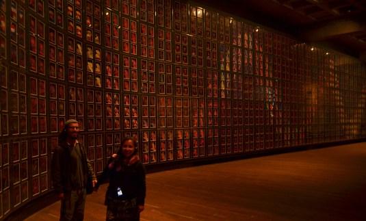 MONA - Mural hecho de miles de vidrios con fotografías.