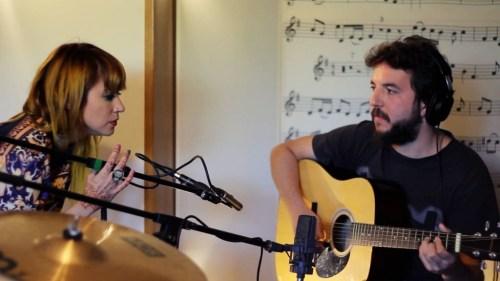 María Katt y Adán Baptiste durante la grabación de Far Away para Seth's Gold.