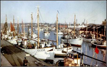GG 338 och GG 159 i fiskhamnen Göteborg. 1950-talet. Vykort.