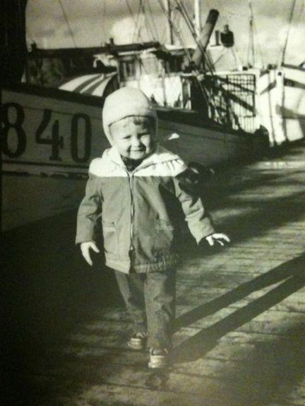 Jag på fiskebåtsbryggan på Rörö. Slutet av 1950-talet. GG 840 Svanen bakom mig