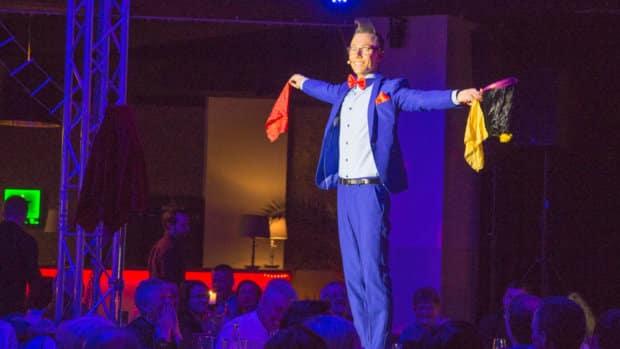 Magier Tim Stüdemann auf der Bühne in Chemnitz