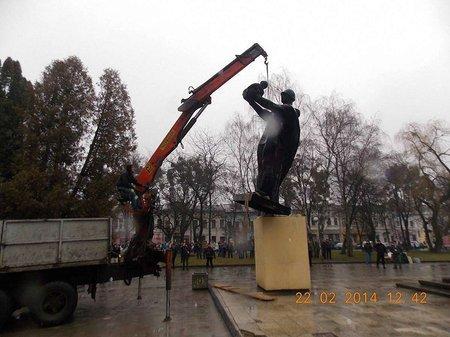 В Стрию демонтували пам`ятник радянському солдату