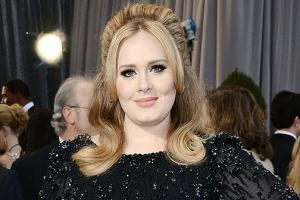 Adele Fans Freaking Out On Twitter After Seeing Pics Of Adele With A Wedding Band On Her FInger 2
