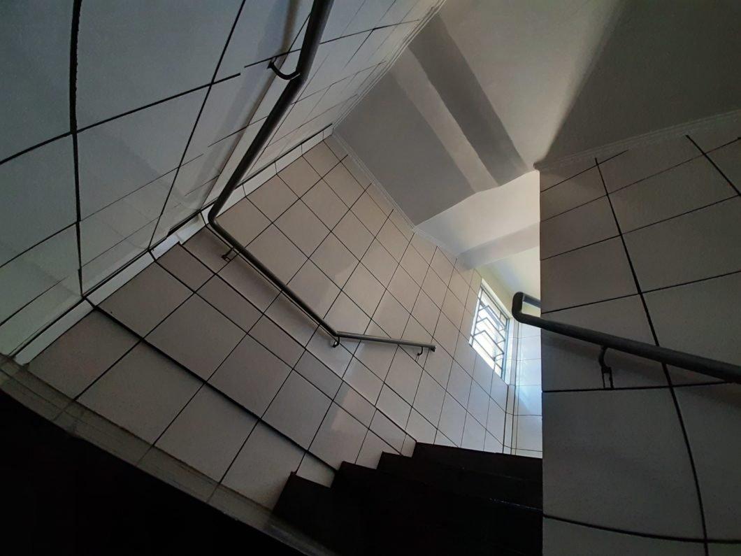 Foto de uma ambiente com escada
