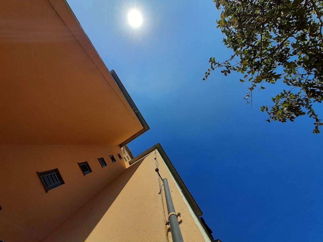 Foto de um prédio amarelo com o céu está azul