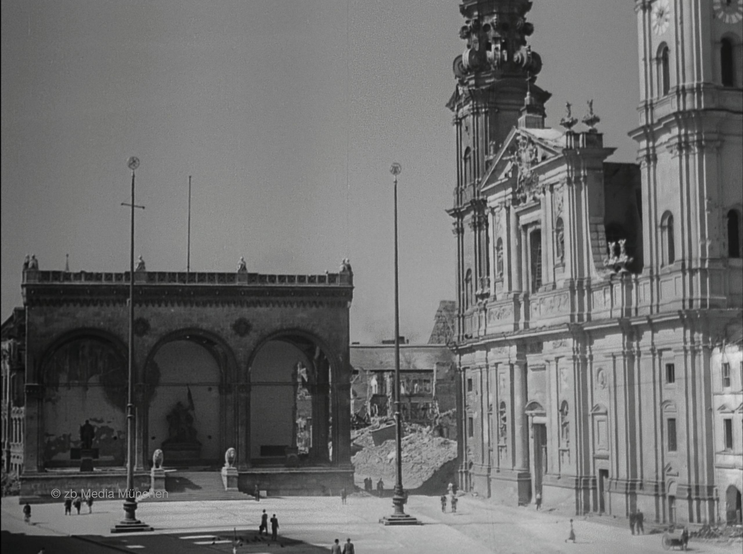 Odeonsplatz, München am 5. Mai 1945, Ruine, Bombenschaden