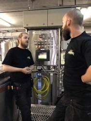 Schaltzentrale: Fred und Trond vor der Brauereisteuerung