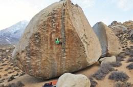 image, Le grimpeur Giovanni Traversi, sujet aux vertiges, va tenter d'affronter ses peurs sur un des plus hauts highballs de Bishop (Californie).