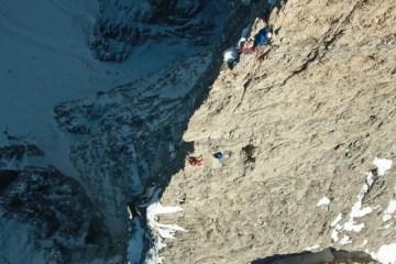 Un groupe de trois grimpeurs partent à l'assaut de la Tour Delago dans les Dolomites, Italie.