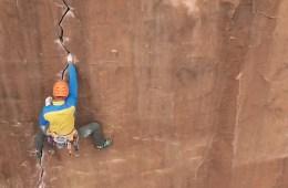 """image, Jean-Pierre Ouellet dans la fissure de """"The joker"""", un très beau 7b à Moab (Utah)."""