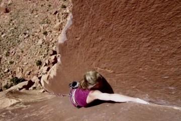 """image, Le 26 septembre dernier, la grimpeuse Lynn Hill a été introduite au """"Boulder sports Hall of Fame"""", comprenez le Panthéon de l'escalade."""
