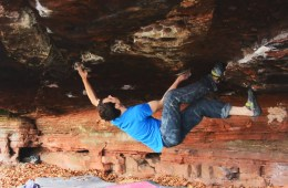 Adam Crizzle dans un gros toit, 7c+ bloc