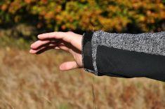 Stahování konce rukávu na suchý zip.