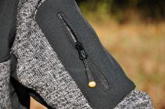 Malá kapsa na levém rameni.