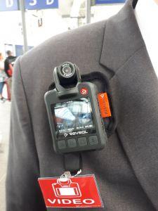 Rakouský průvodčí vybavený kamerou. Pramen: ÖBB/Mosser