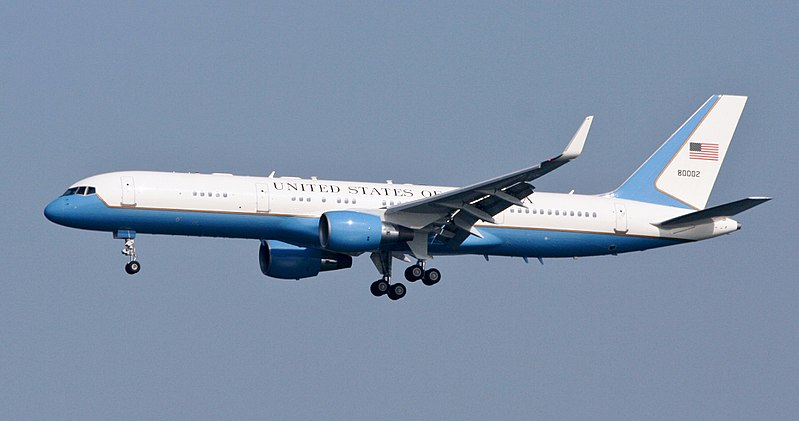 Letadlo Boeing C-32A označované jako Air Force Two. Foto: Sam Meyer [CC BY-SA 3.0 (https://creativecommons.org/licenses/by-sa/3.0) or GFDL (http://www.gnu.org/copyleft/fdl.html)], from Wikimedia Commons
