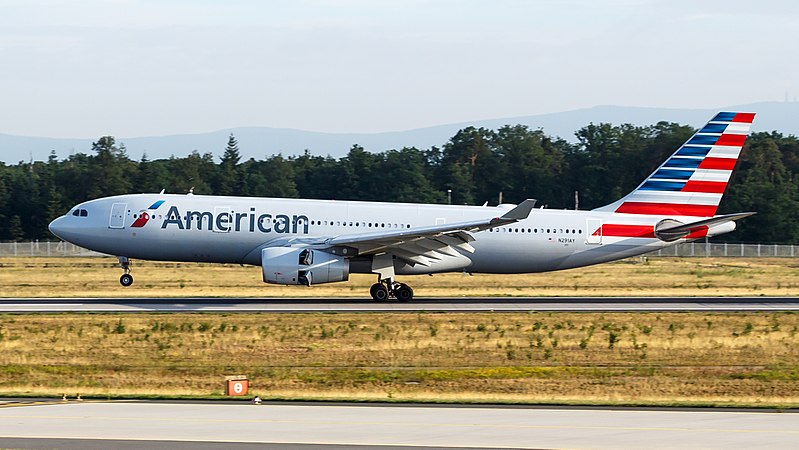 Airbus A330-200 společnosti American Airlines. Foto:By tjdarmstadt (IMG_0229.jpg) [CC BY 2.0 (https://creativecommons.org/licenses/by/2.0)], via Wikimedia Commons